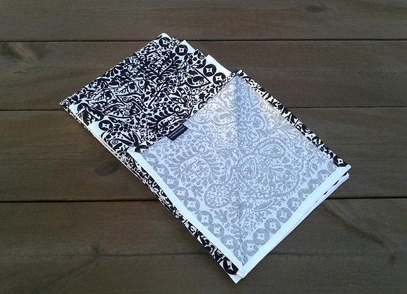 Black and white cloth napkins from Marimekko fabric Pieni Kulkunen
