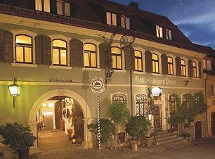 GruenerBaumHausansicht_Nacht.jpg