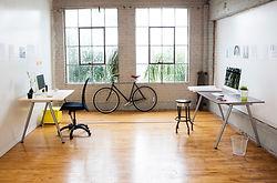 Modernes Büro mit Holzboden