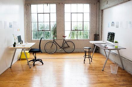 Escritório moderno com piso de madeira