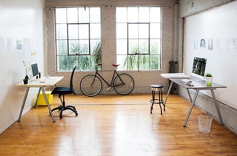 Oficina moderna con piso de madera