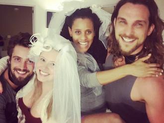 Rafael Cardoso e Igor Rickli fazem casamento surpresa para as mulheres