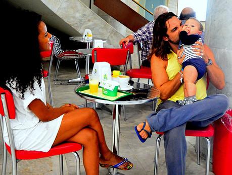 Igor Rickli e Aline Wirley protagonizam momento fofo com o filho em aeroporto