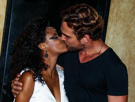 Ex-Rouge, Aline Wirley faz show e ganha beijo do marido, Igor Rickl