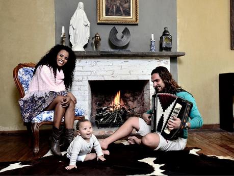Aline Wirley e Igor Rickli mostram sua casa e posam com o filho de 7 meses
