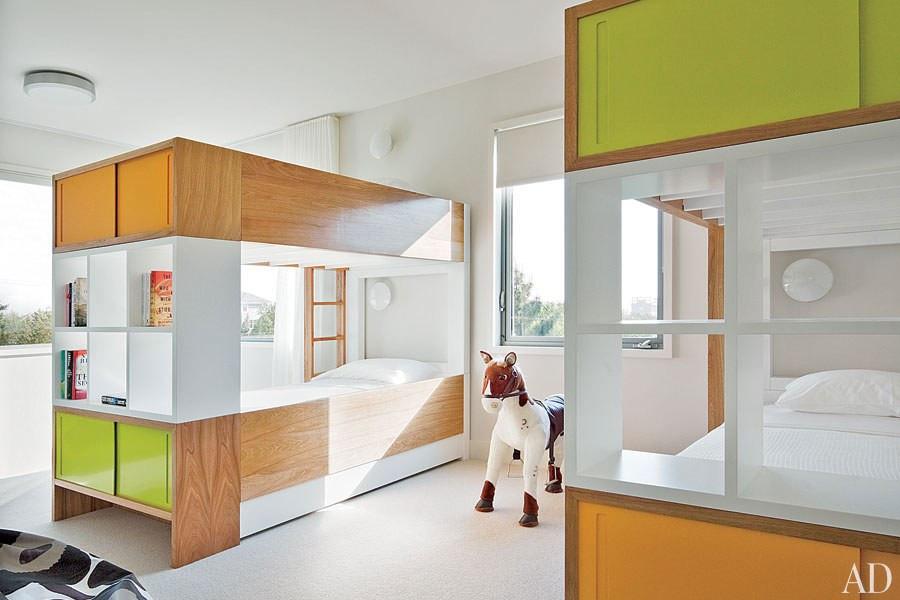 Quarto de visitas de crianças em uma bela mansão - Hamptons, New York. Destaque para a marcenaria colorida e versátil