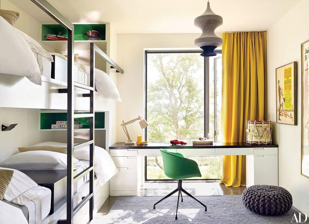 Quarto clean e funcional, com as cores verde e amarelo presentes em pequenos detalhes da marcenaria e decoração.