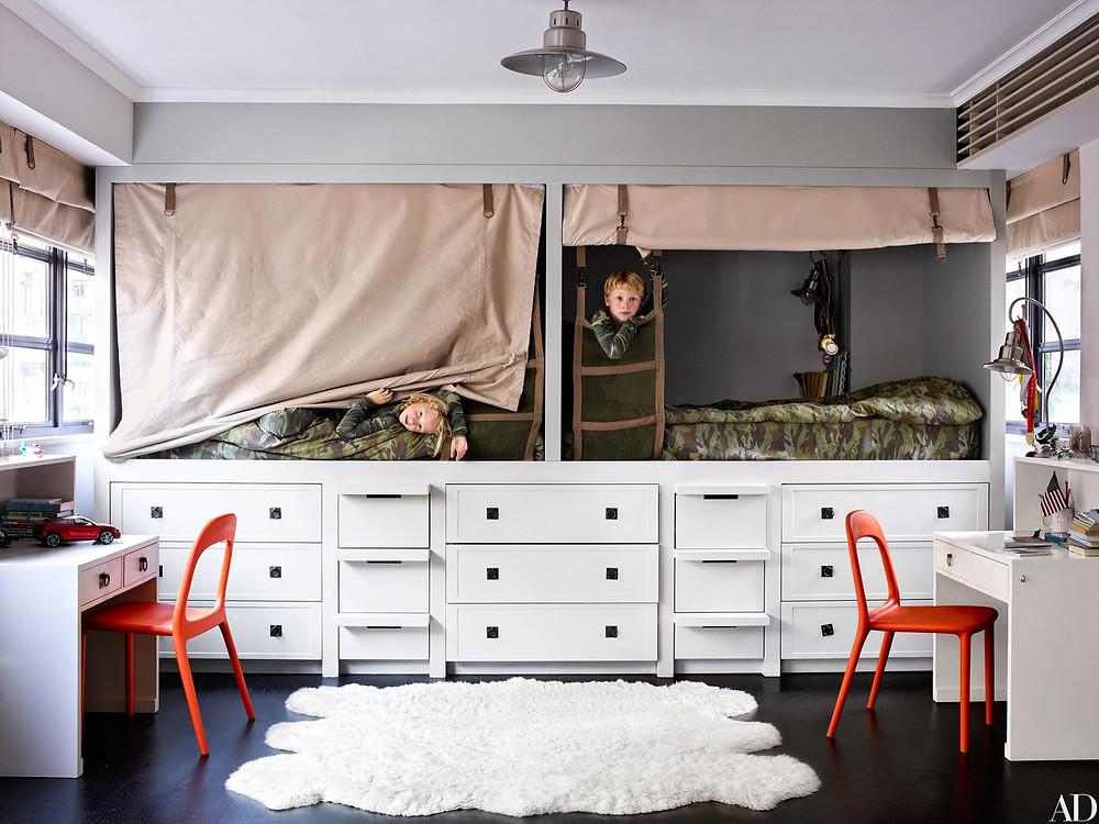 Quarto de meninos com marcenaria planejada para espaços pequenos. Destaque para a divertida decoração militar das camas e cortinas.