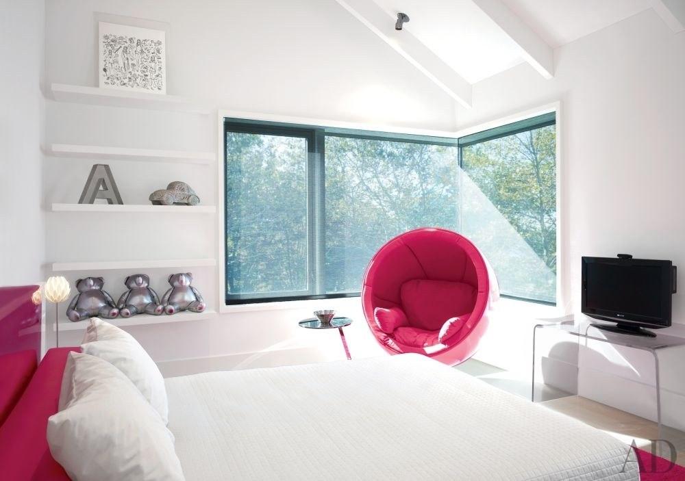 Quarto de menina clean e minimalista - Hamptons, NY. Destaque para a poltrona Inmod e cabeceira rosa e, móveis metálicos da Ligne Roset.