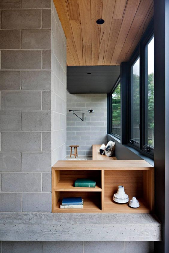 Contraste dos tijolos de cimento, esquadrias das janelas pretas e marcenaria mais natural (em freijó) seguem um estilo mais rústico, jovial e atemporal.