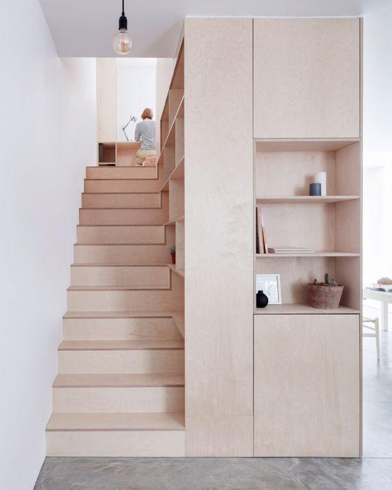 Aproveitando o espaço da escada. MDF sem acabamento, cru.