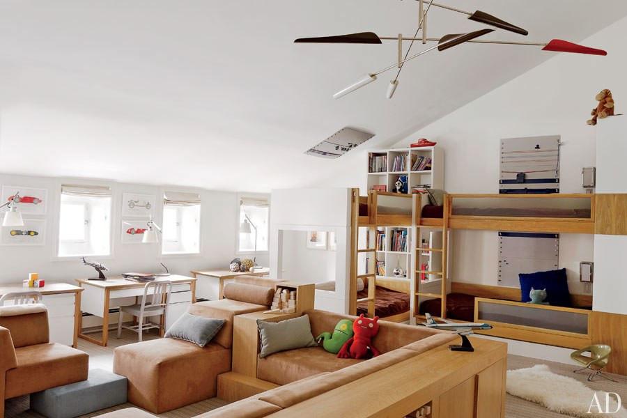 Aproveitando todo o espaço do sótão, em uma casa em Manhattan, NY. Marcenaria sóbria e neutra, porém bem versátil.