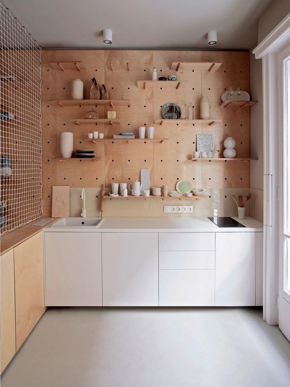 Painel perfurado com pinos e estantes removíveis, também em mdf cru, sem acabamento.