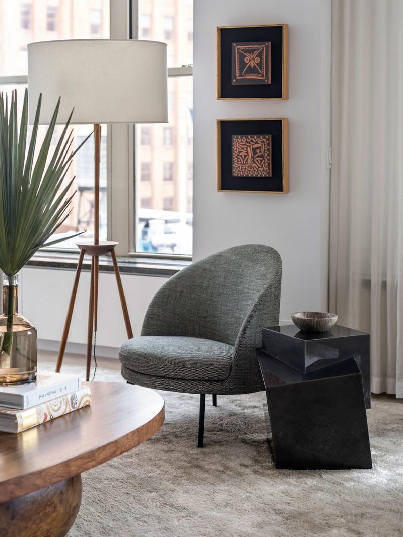 Azulejos Picasso e poltroninha aconchegante. Mesa lateral preta bem arrojada