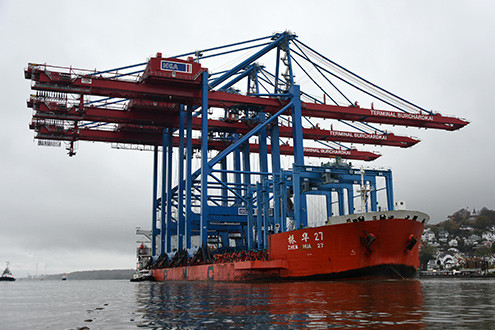 The new cranes arriving on ZHEN HUA 27. (Photo: HHLA/Dietmar Hasenpusch)