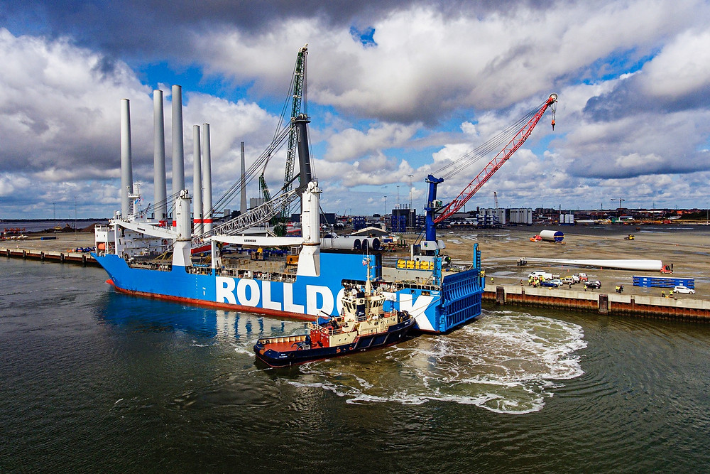 The Rolldock vesswel with the Liebherr 800 arriving in the Port of Esbjerg
