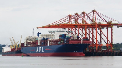 Longest containership yet to call Colombia