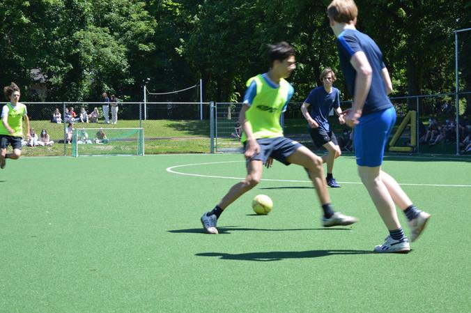 Voetbalwedstrijd tussen het 3de en het 4de jaar