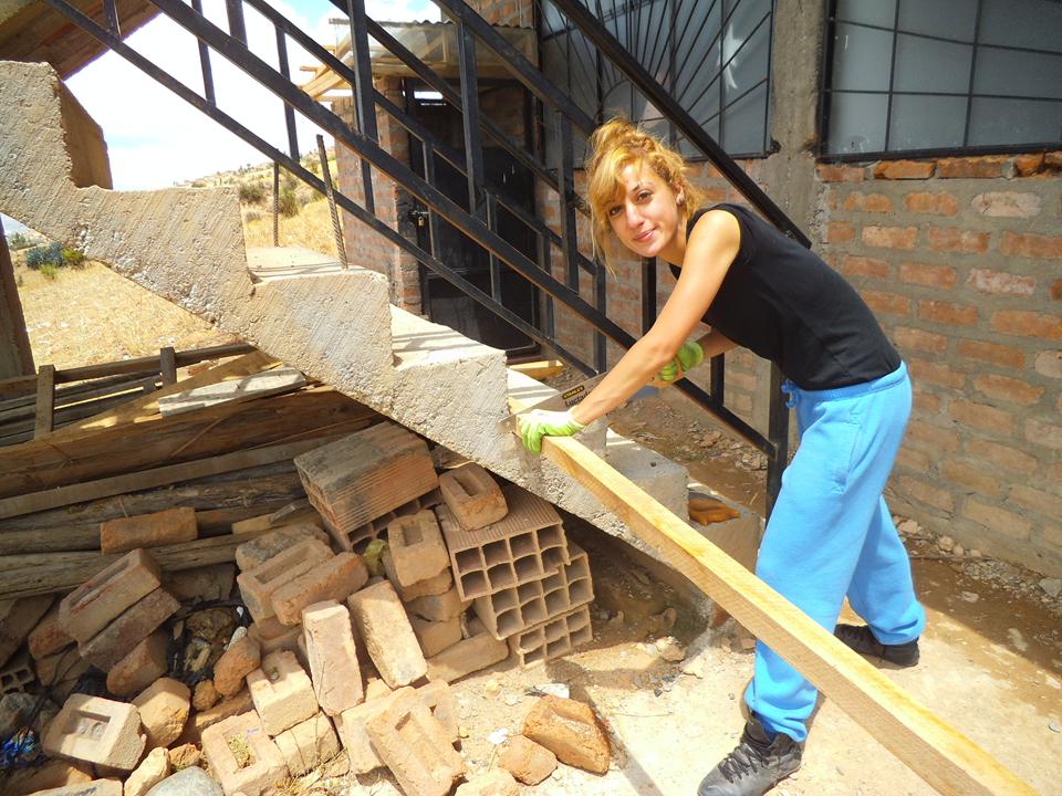 Eleni cortando la madera