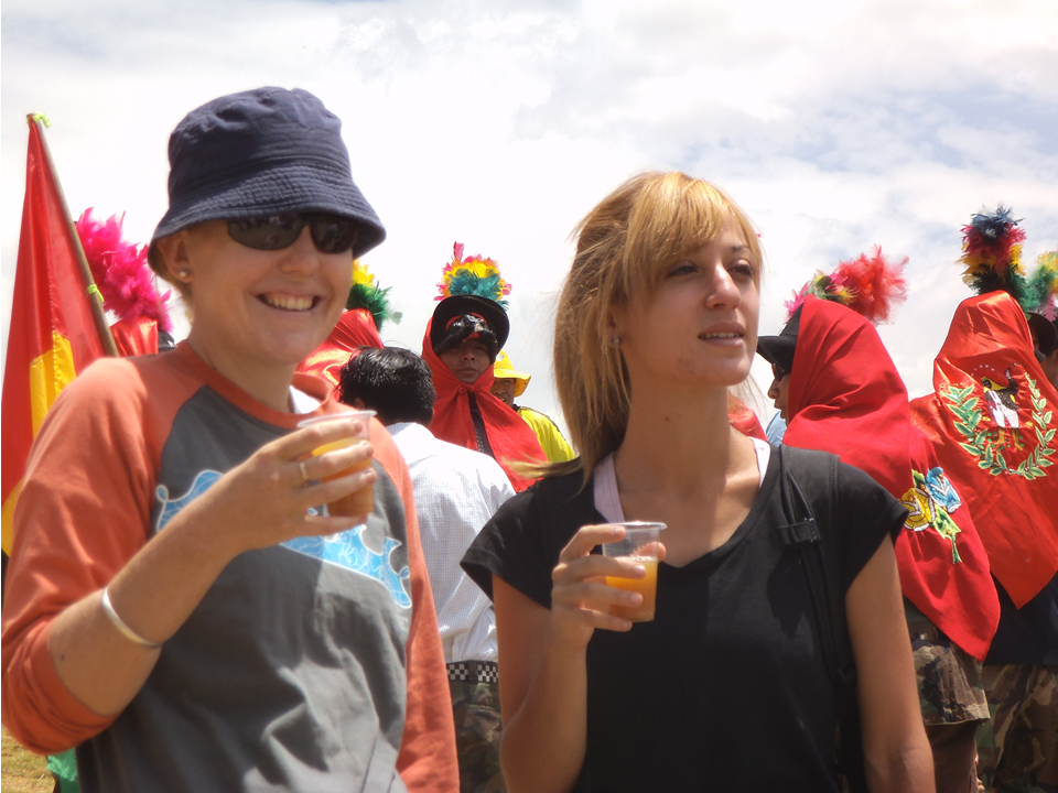 Volunteers sharing a tipical drink with the comunitie