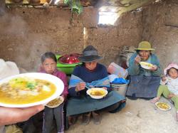 Despues del trabajo en la escuela, madres y voluntarios compartiendo la comida preparada por las per