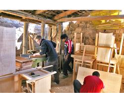 Sebastian Mang trabajando con la madera