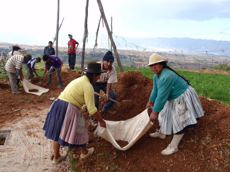 familias_trabajando_con_voluntarios_para_la_construcion_de_dos_baños_para_la_comunidad_de_Alanya