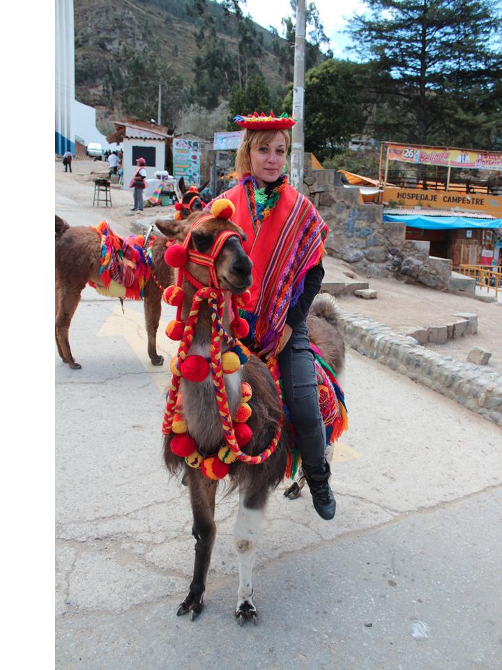 voluntaria Eleni con ropa tipica montado en una llama_edited