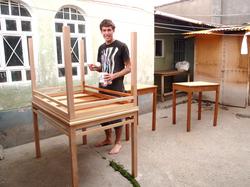 Paul de Australia pintando mesas para familias de la escuela