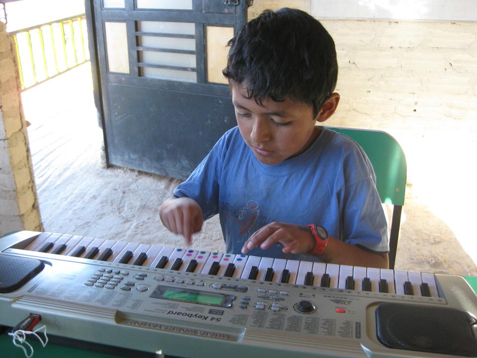 estudiante aprendiendo a tocar el piano