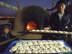 Jenry horneando el pan en la escuela de Matapuquio