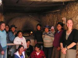 madres y voluntarias despues de hornear el pan