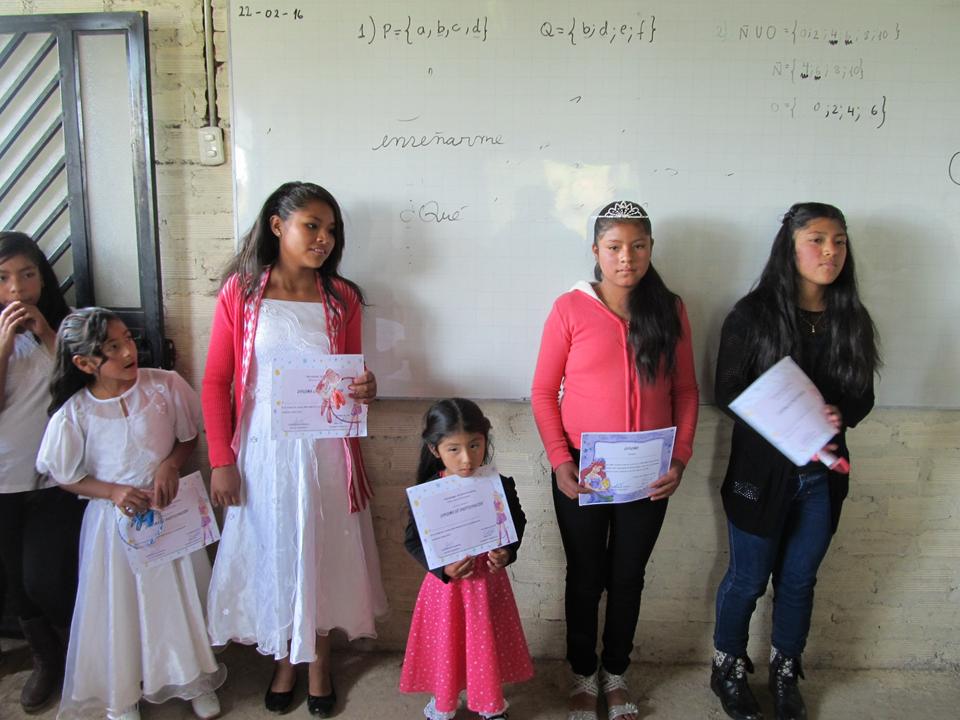 Eleccion de Miss. AMISTAD en la escuela, DE DERECHA A IZQUIERDA, Yadhira,Yuvali(la ganadora), Lesli,