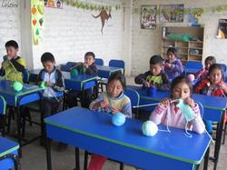 Niños_aprendiendo_a_tejer