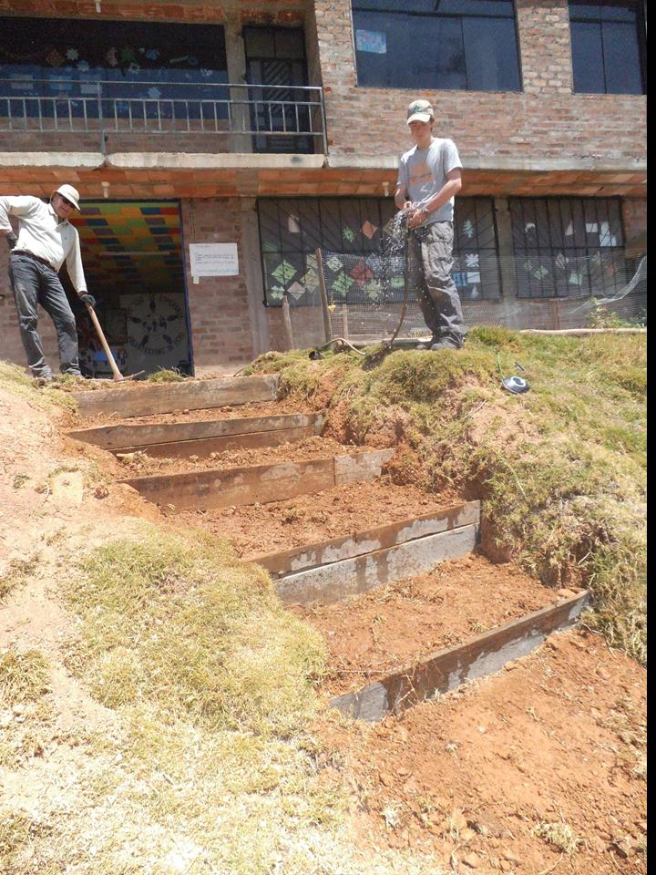 Nico y Alex construyendo reparando el acceso a la escuela_edited