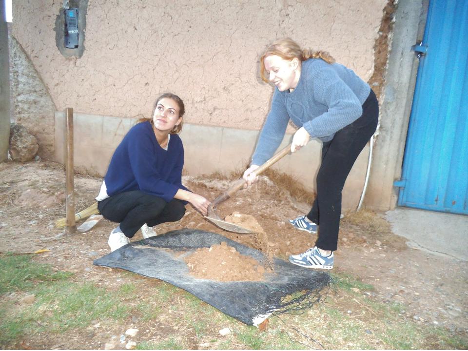 Alva y Olivia trabajando con la tierra