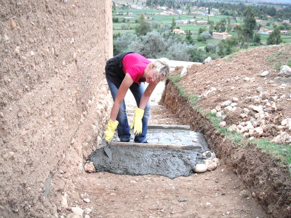 Irina de Alemania ayudando en la construccion de gradas para el acceso principal de la escuela