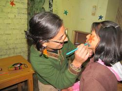 pintando la cara de una estudiante