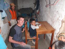 Paul_regalando_una_mesa_y_silla__a_un_niño_pobre_de_la_escuela