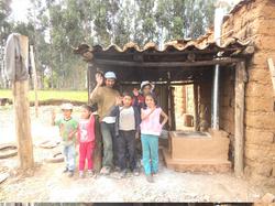 La familia Meza Gago diciendo gracias por la construccion de la cocina de tierra