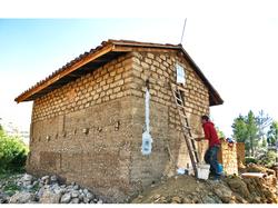 voluntario trabajando con la tierra para la ventana de la casa de una familia en Ahuac