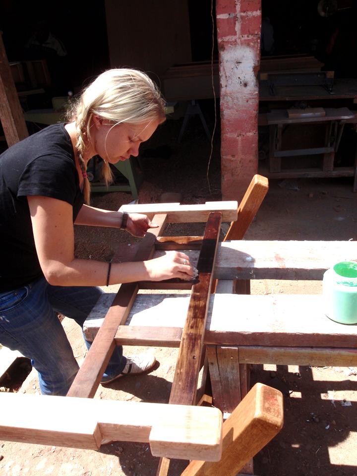 voluntaria terminando de construir una cama para una familia_edited