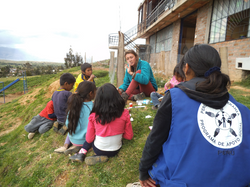 Jasmin talking with children about english