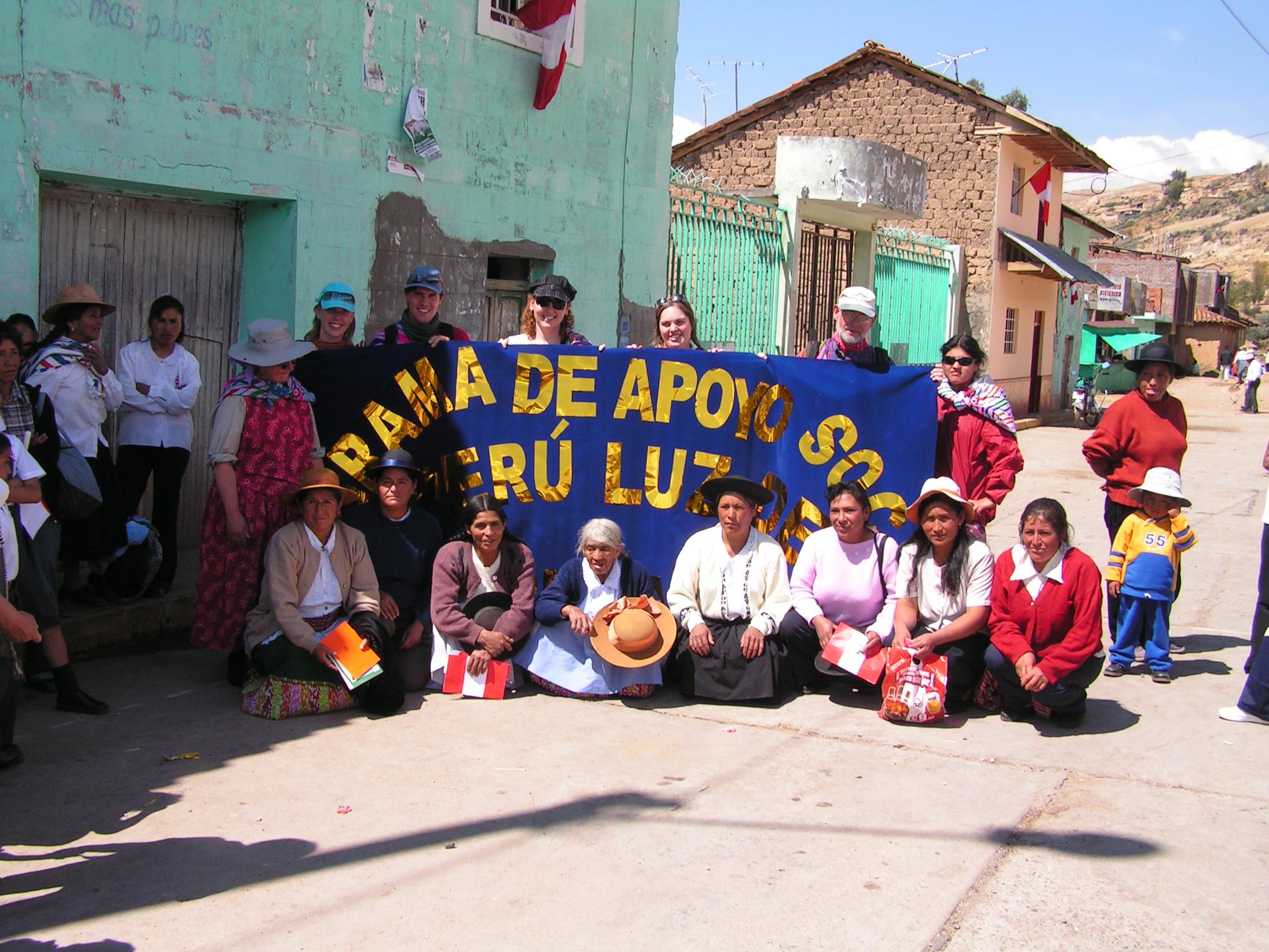 voluntarios y familias en el Aniversario de Peru Luz de Esperanza