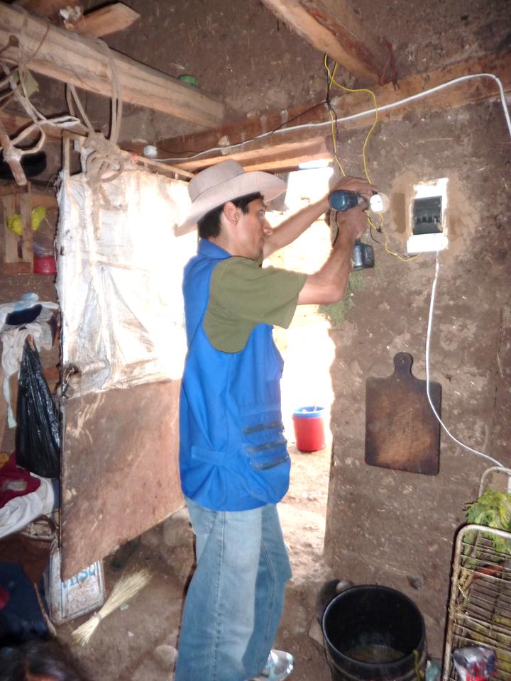 Nilton haciendo instalacion electrica en la casa de una familia_edited