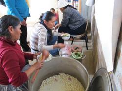 madres_cocinando_para_los_niños_de_la_escuela