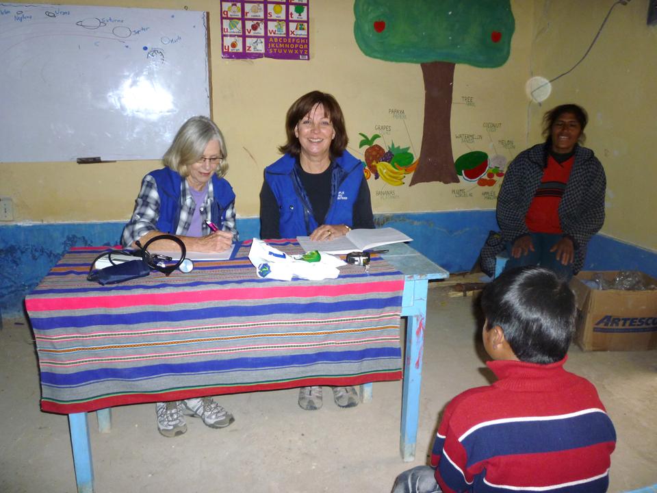 Rosita_y_amiga_voluntaria,_doctoras_ch_equeando_a_los_niños_de_la_escuela
