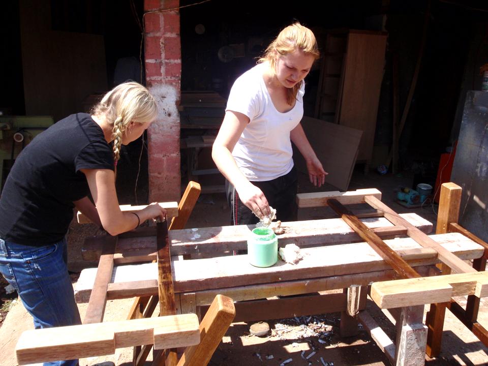 Clara_y_su_hermana_construyendo_cam_as_para_familias_de_niños_pobres