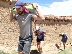 voluntario Steve y amigos llevando arena para la construccion de pared