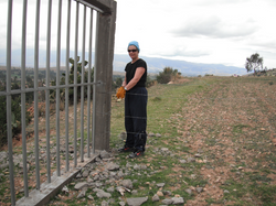 voluntaria trabajando en el muro de proteccion